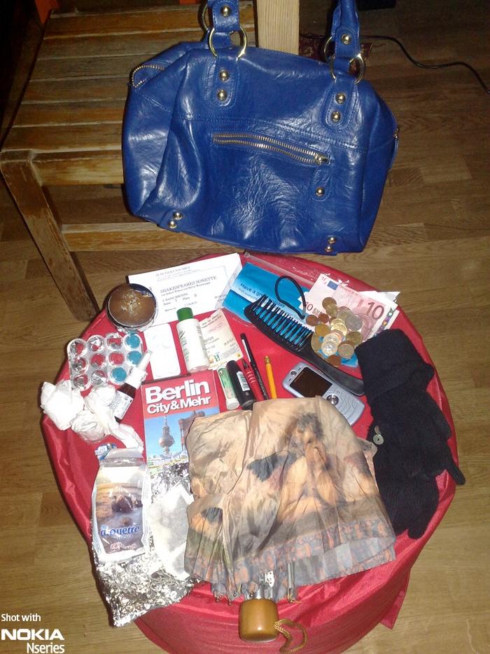 Whats Cassandra inhalt 06FEB10 Whats in your bag, Cassandra Hodges?