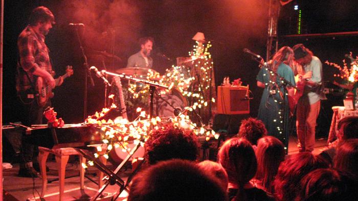 angus julia stone Bild 189 Zwischen Kirschblüten Lampen   Angus & Julia Stone live