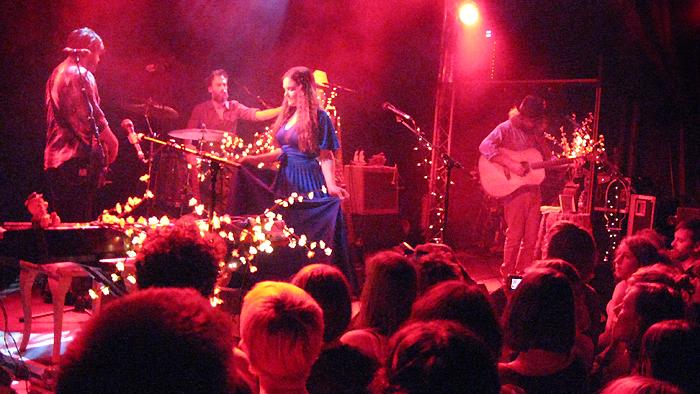 angus julia stone Bild 198 Zwischen Kirschblüten Lampen   Angus & Julia Stone live