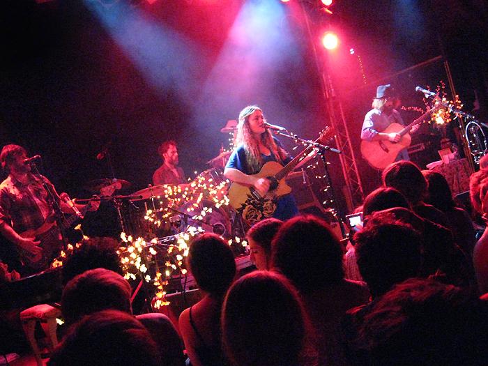 angus julia stone Bild 235 Zwischen Kirschblüten Lampen   Angus & Julia Stone live