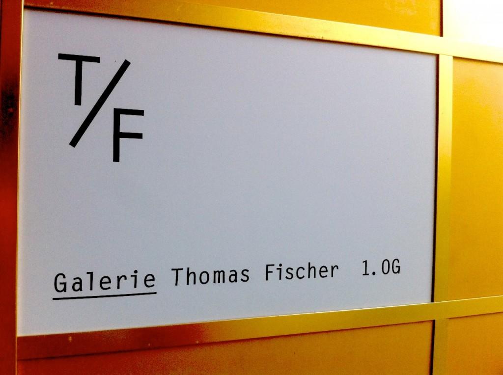 Galerie Thomas Fischer Schild 1024x764 Vormittag zwischen Trance und Kunst. Galerie Thomas Fischer.